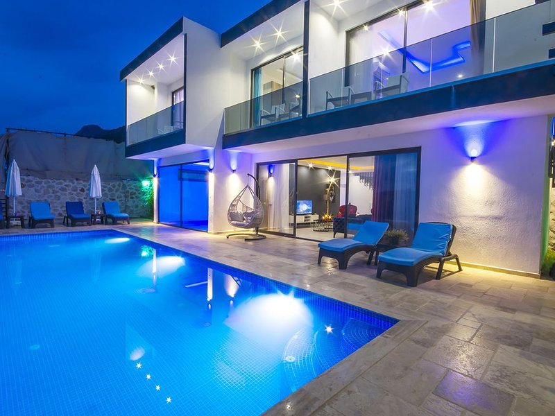 3 Bedroom Villa with Totally Private Infinity Pool + Indoor Pool and sea views, holiday rental in Bezirgan