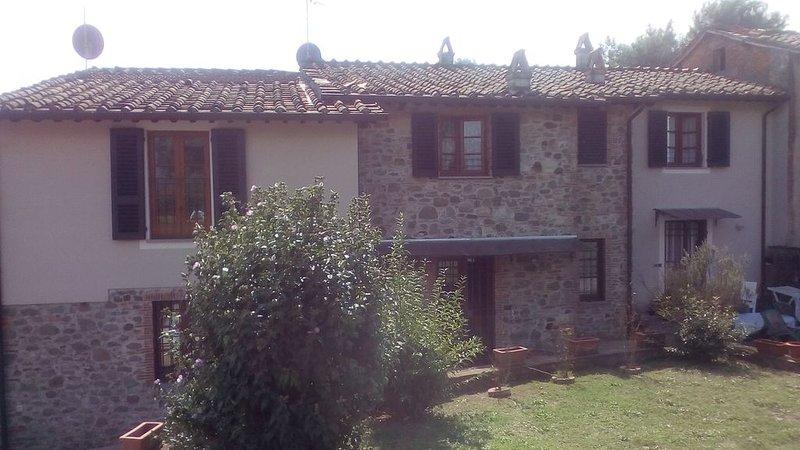 Pace e tranquillità abitano qui: casa colonica immersa nel verde., holiday rental in Luciani