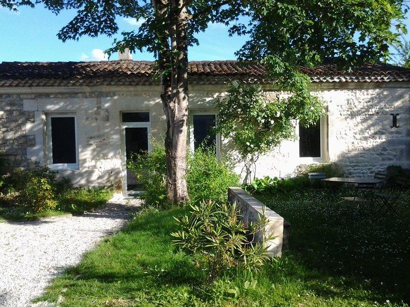 Charmante petite maison indépendante aux portes d'Angoulême, vacation rental in Vaux-Rouillac