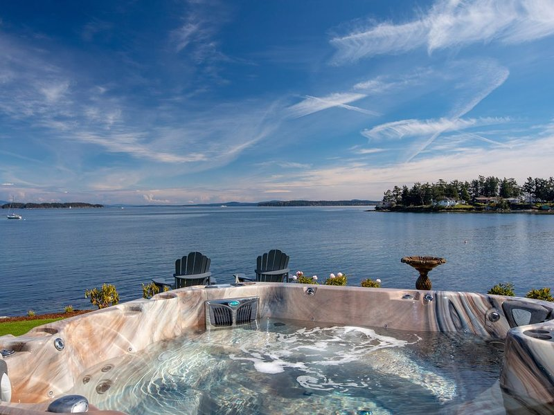 Spectacular Waterfront - Hot Tub - Theatre - Outdoor Shower - Steps to Beach, holiday rental in Sidney