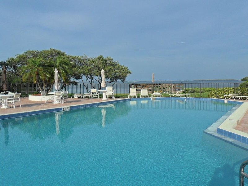 Fort DeSoto Beach - Modern One Bedroom at the Holiday Island Complex, alquiler vacacional en Tierra Verde