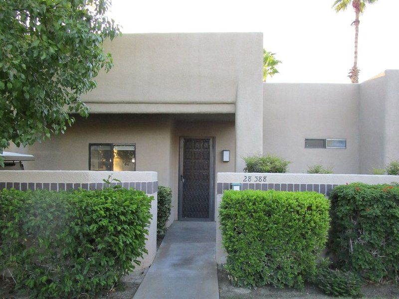SPACIOUS 2 BED/2 BATH MASTER SUITE CONDO, holiday rental in Cathedral City