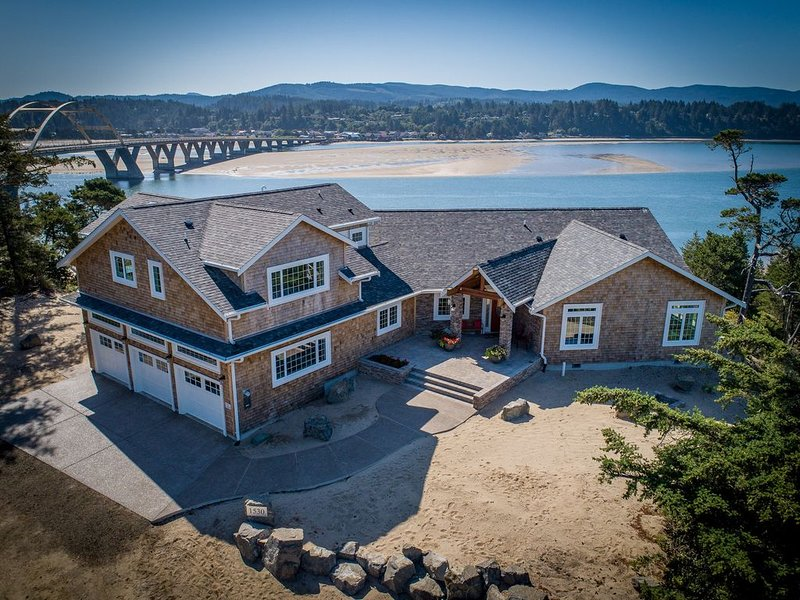 Luxurious condo overlooking Alsea Bay and the Pacific Ocean. Sleeps 3 – semesterbostad i Waldport
