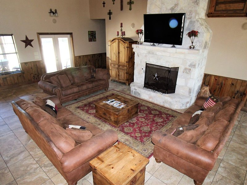 Large home, wide open spaces, and a private pool perfect for large families, holiday rental in Vanderpool