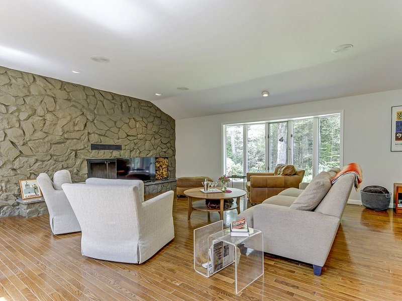 Midcentury Modern nestled in the woods with private brook, location de vacances à North Haverhill