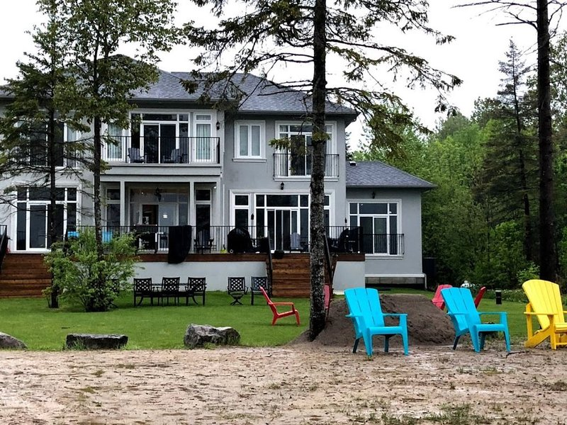New 6 Bedroom Lakehouse - Private Sandy Beach, 5 Minutes from Bobcaygeon, Plenty, aluguéis de temporada em Lakefield