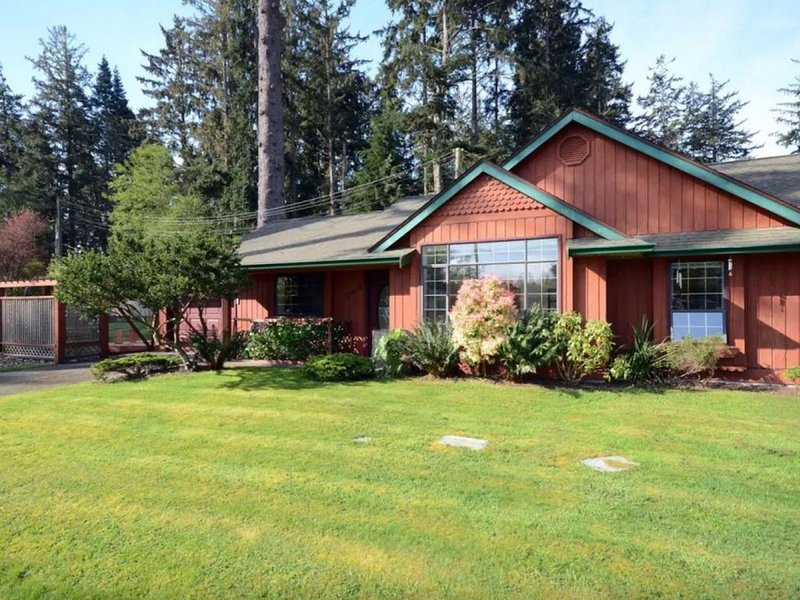 Country Cottage Near The Ocean, vacation rental in Sooke