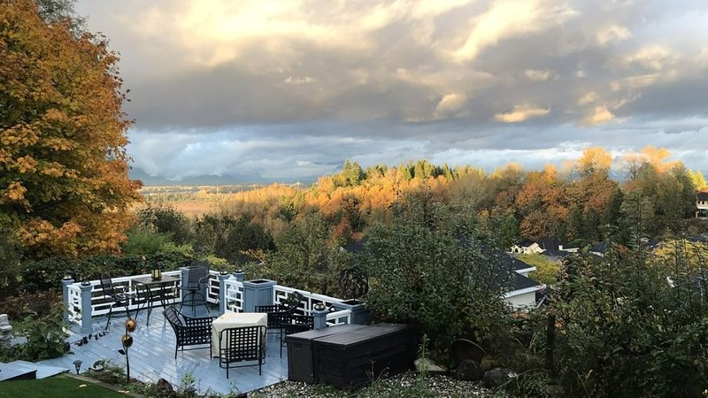Top Views 2Bdr-1300sqft Private Suite in Surrey, holiday rental in Surrey