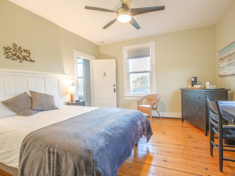 River Ridge Lodge (B&B) - Beautiful Large 2 Bedroom w/Ensuite Bath, location de vacances à Mahone Bay