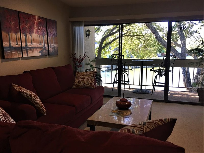 LAKE VUE!  PRISTINE WATERFRONT, WIFI, LAUNDRY, PILLOWTOP BEDS, ONE LEVEL, holiday rental in Montgomery