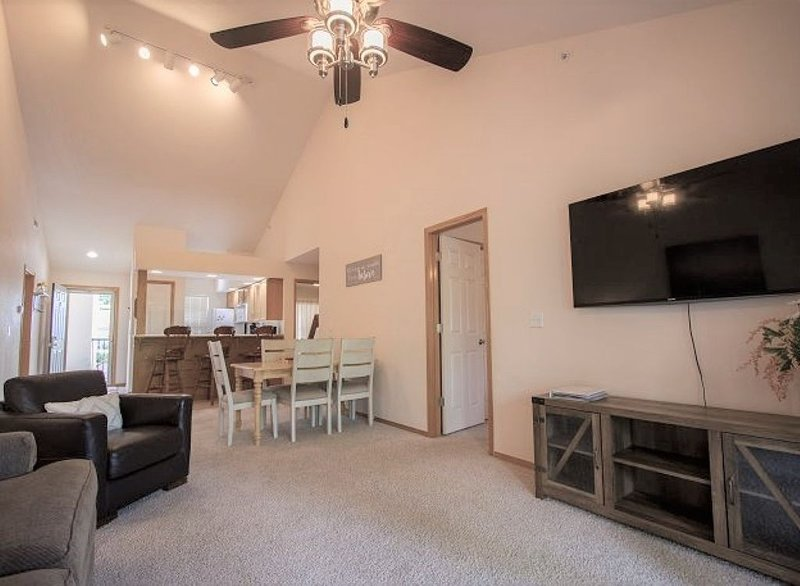 Spacious Lakefront condo on Table Rock Lake! Minutes to downtown Branson, MO., holiday rental in Hollister