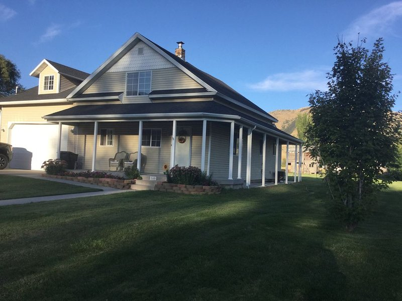 Mountain Valley Getaway. Cozy farmhouse near a beautiful lake in northern Utah., holiday rental in Garland