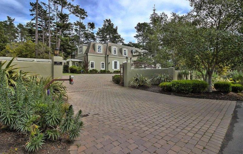 Classic Chateau in the heart of Pebble Beach — cross road to entrance of PB Golf, aluguéis de temporada em Pebble Beach