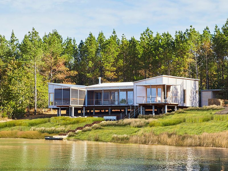 Serene, Modern, Luxury Home on Private Lake near Oxford, MS, holiday rental in Sardis