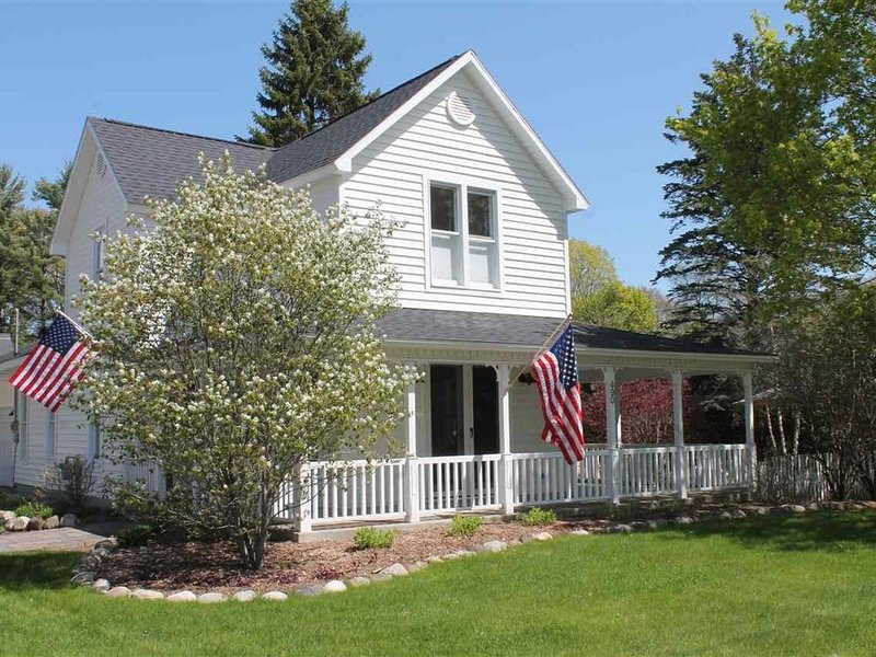 NEW Charming in-town modern farmhouse-3 bedroom/2 bath. Walk to beach and shops., location de vacances à Harbor Springs