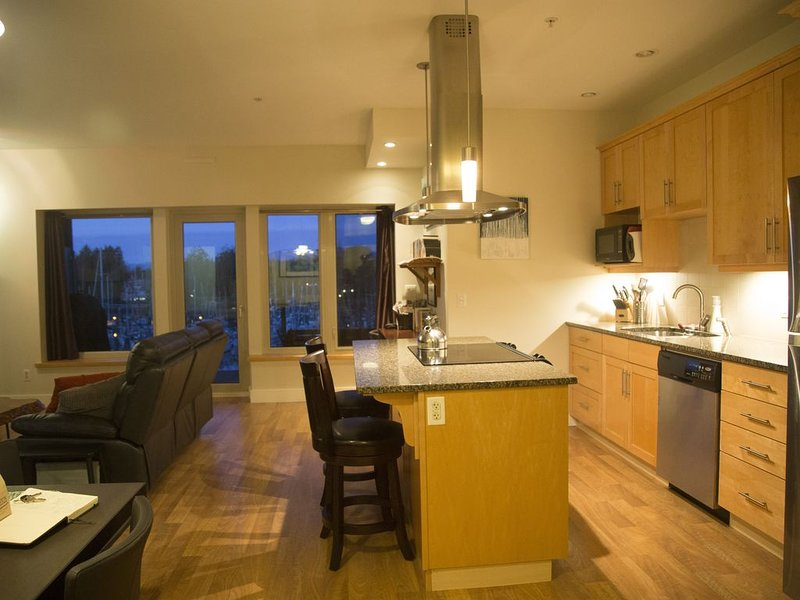 Gorgeous one bedroom condo on the Ucluelet Inner Harbour Boat Basin, vacation rental in Barkley Sound