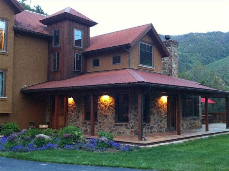 Spectacular Luxury Custom Home in Glenwood Canyon!, holiday rental in Glenwood Springs