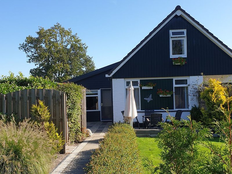Mooie grote vakantiewoning met afgesloten tuin, nabij bos, IJsselmeer, cultuur, holiday rental in Idskenhuizen