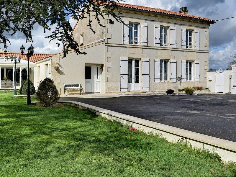 Secteur La Rochelle, superbe maison familiale, piscine chauffée l'été, parc, holiday rental in Genouille