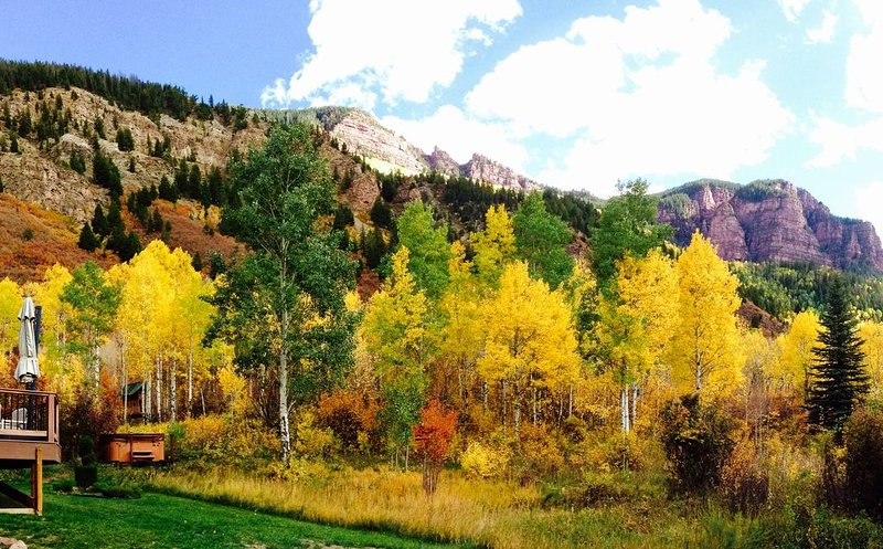 Apartment in spectacular mountain location viewing the red cliffs of Redstone., vacation rental in Redstone