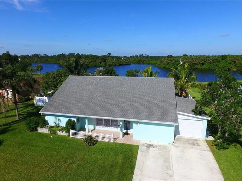 Lakehouse with Sunsets one mile from Indian River Lagoon, holiday rental in Sebastian