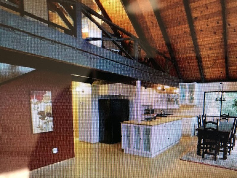 Charming Pet-friendly Chalet-style Cabin Getaway, vacation rental in Arnold