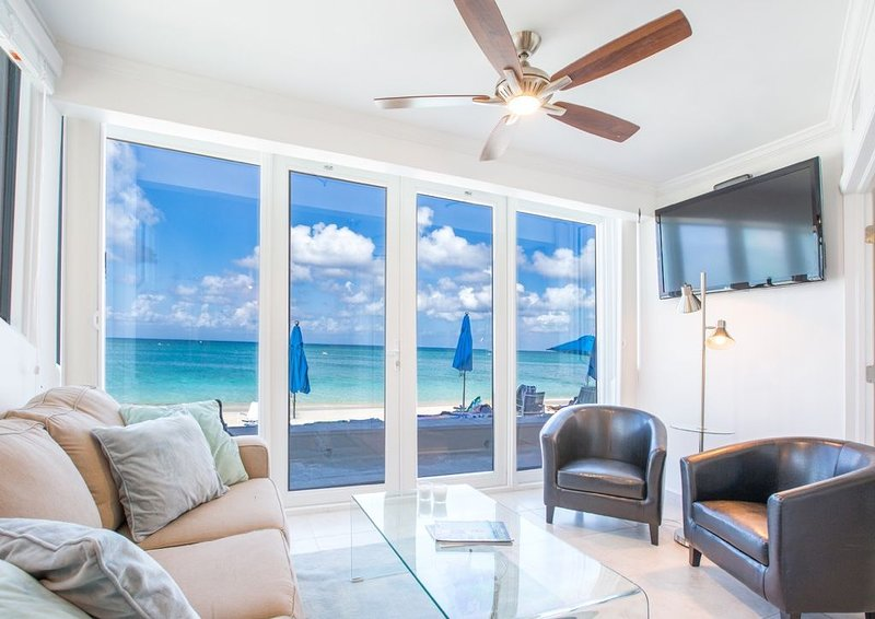 Unique Oceanfront Condo on 7-Mile-Beach with Patio. Cayman Reef Resort # 22, vakantiewoning in George Town