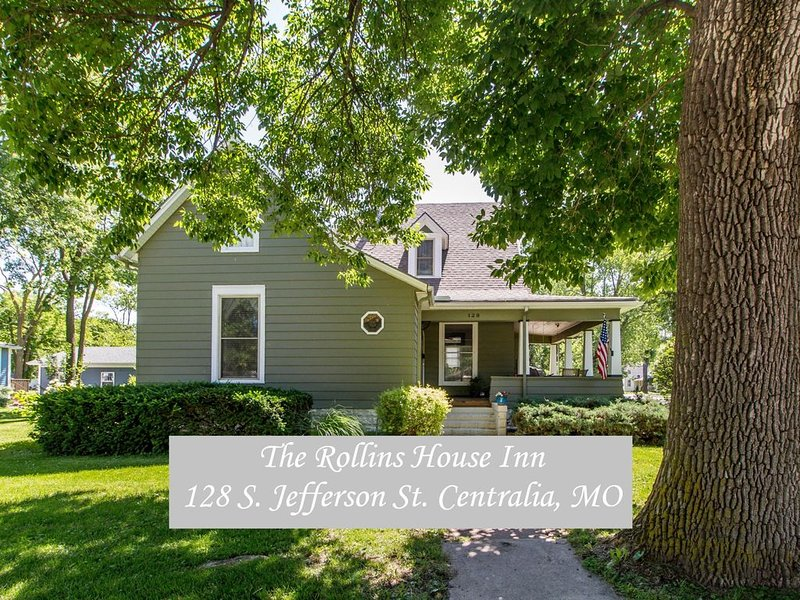 Tastefully restored historic home in quaint town, 20 minute drive to Columbia MO, holiday rental in Clark