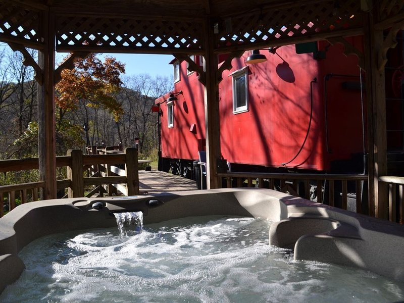 Romantic Get-a-Way!! 1954 Rail Road Caboose!! Relaxing Hot Tub!, vacation rental in Lansing