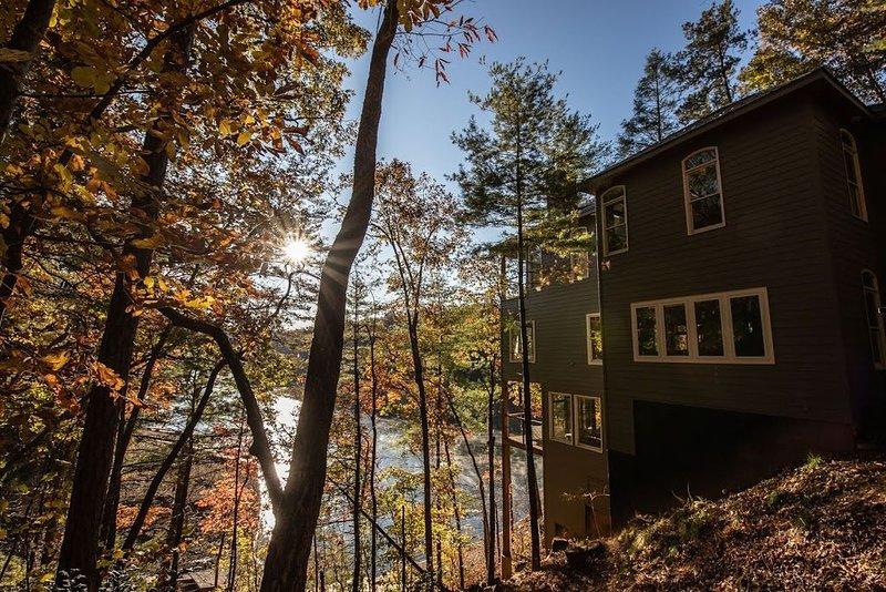 Stunning Lakefront Retreat/Lake Hiwassee (Bear Paw) Murphy NC 4 BR/4+BA/Sleeps10, holiday rental in Murphy