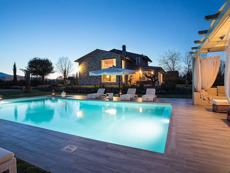 VILLA OTTO Luxury Tuscan Farmhouse with Private Pool close to Lucca Pisa Pistoia, vacation rental in Orentano