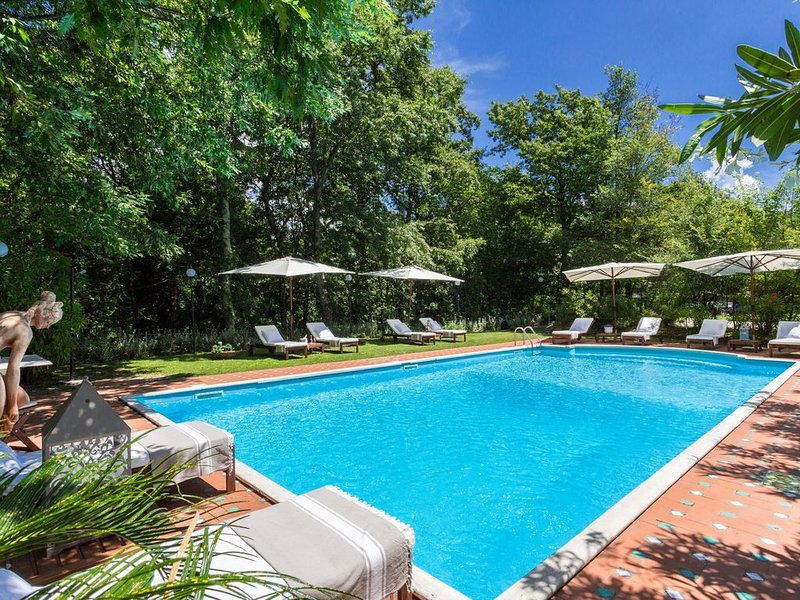 VILLA CARCIOFAIA: Charming Luxury Tuscan Villa with Pool surrounded by Vineyards, holiday rental in Lucca