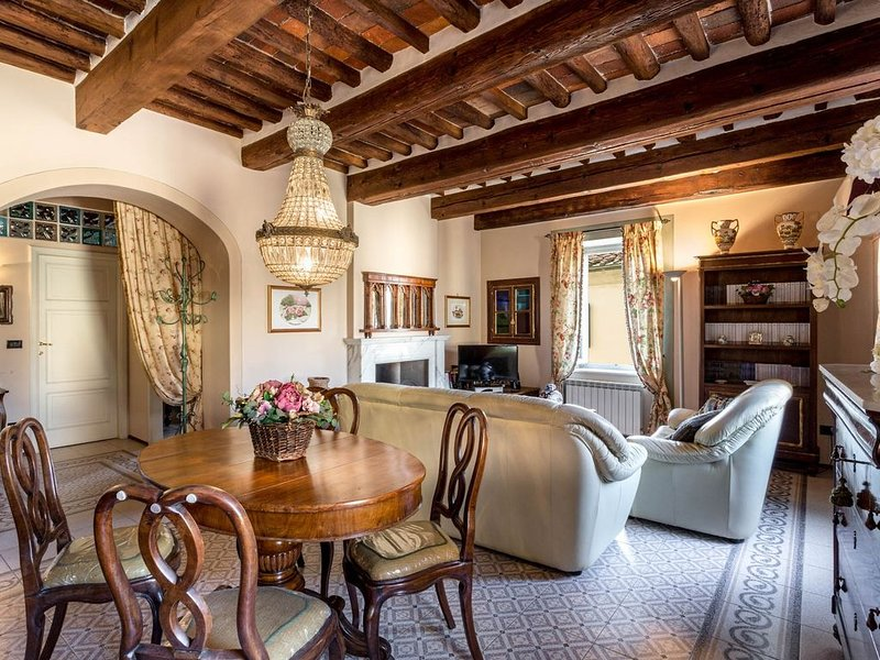 A spacious apartment in main shopping street Via Fillungo inside the walls, vacation rental in Lucca