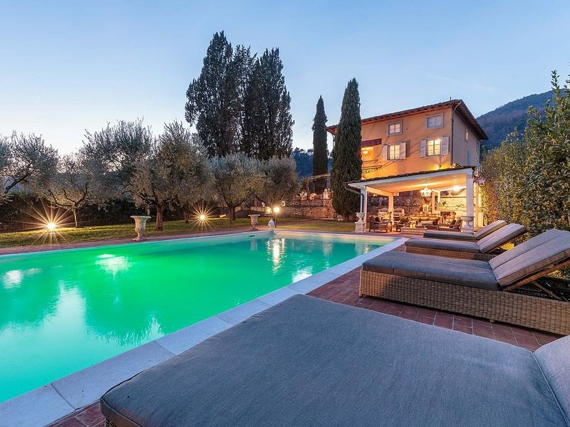 Charming & Luxury 10 Bedrooms VILLA MEDEA Close to the City Centre of Lucca, holiday rental in Monti di Chiatri