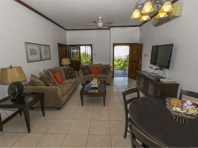 Bella, Secured, Luxury 2 bed room 2.5 Villa with panoramic views of the city ., vakantiewoning in Gordon Town
