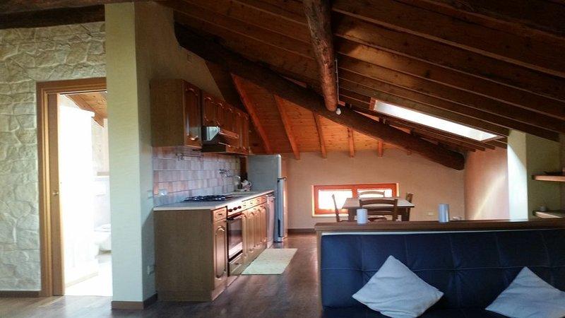 Bellissimo bicamere mansardato, finitute di pregio, vacation rental in Santorso
