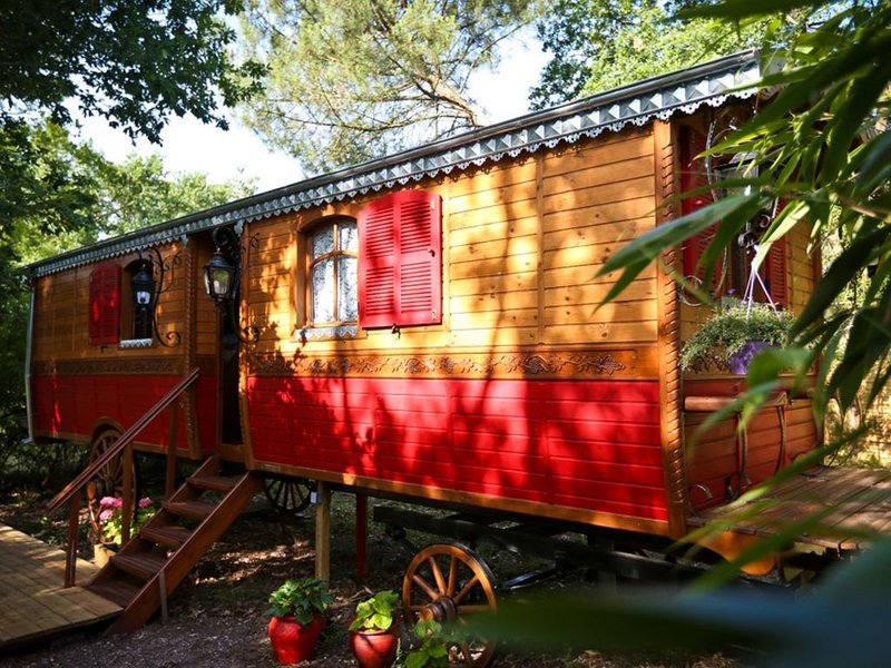 Vrai roulotte tzigane tout confort, pour deux adultes et un enfant., holiday rental in Saint-Selve