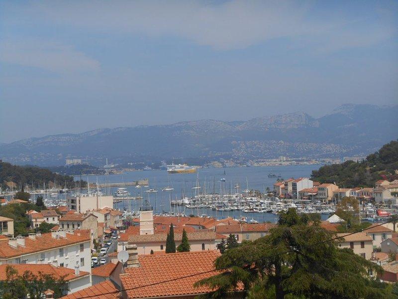 Appt/Villa/le toit vue magnifique, vacation rental in Saint-Mandrier-sur-Mer