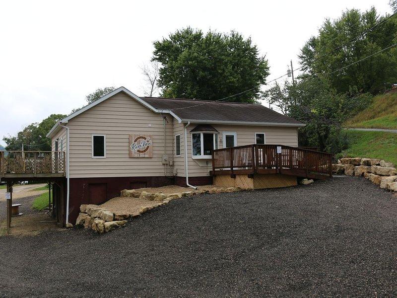 Riverview Getaways (only 13 miles to La Crosse WI or Iowa border), holiday rental in La Crosse