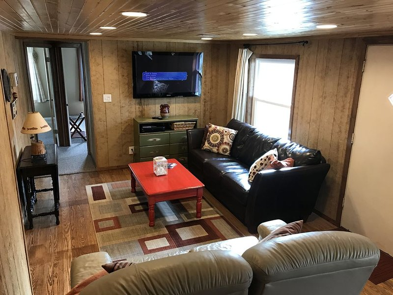 The only Sequoyah Bay area cabin with boat parking and paved road access., casa vacanza a Muskogee