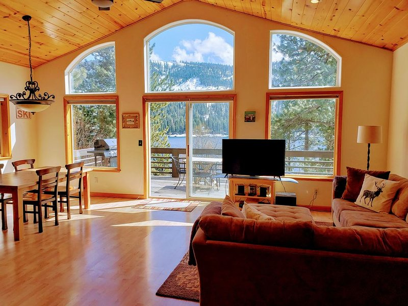 Donner Lake View Cabin with deck, Clean & Wifi!, holiday rental in Norden