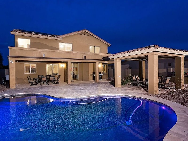Beautiful 5 bedroom home with Solar Heated Pool in Mesa!, alquiler vacacional en Queen Creek