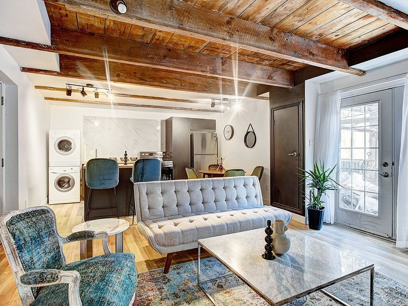 Cozy House +Private Patio/ICONIC Latin Quarter, vacation rental in Montreal