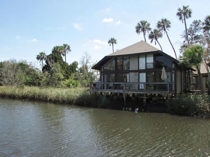 Old Florida Hideaway: Relaxation awaits you in our beautiful waterfront condo!, holiday rental in Crystal River