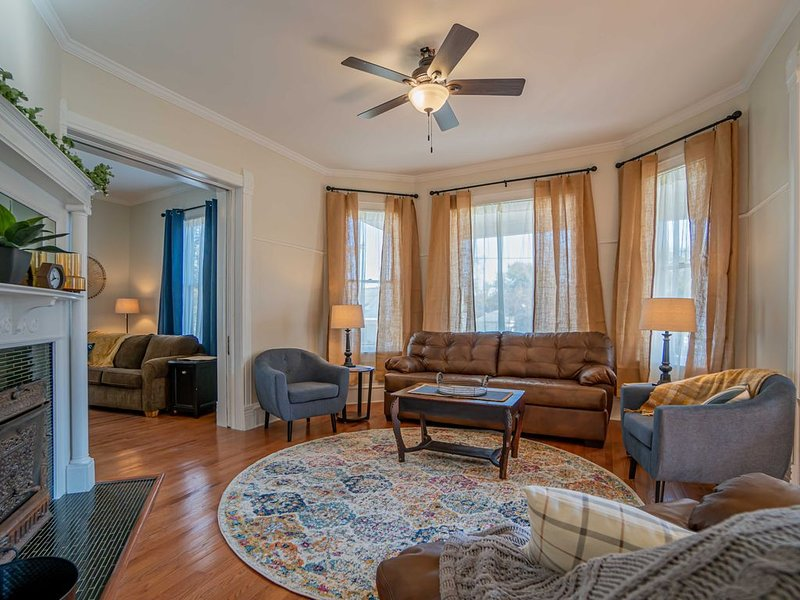 Newly remodeled historic house just steps from the WASHINGTON SQUARE! Sleeps 10!, casa vacanza a Peoria