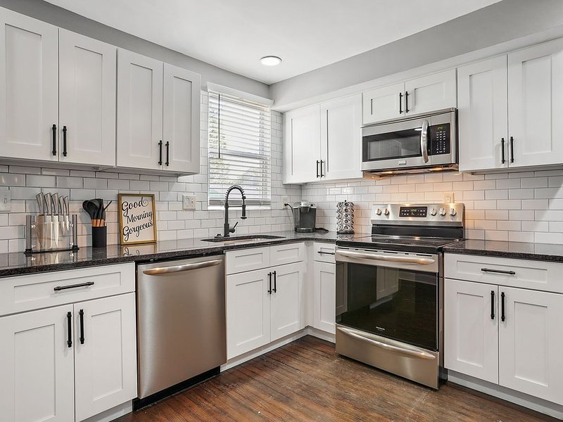 JourneyBNB Modern Townhouse #1 - Modern Design with Vintage Touches, vacation rental in Columbus