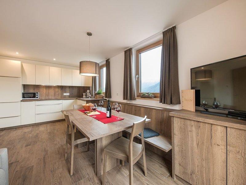 Rustikales Chalet Flatsch auf einem Bergbauernhof mit Terrasse, WLAN und Erlebni, vacation rental in Tarres