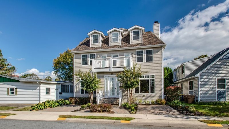 7 Bed/4.5 Bath, 3 1/2 blocks to beach - New Low rates Jan - April, 2020, location de vacances à Rehoboth Beach