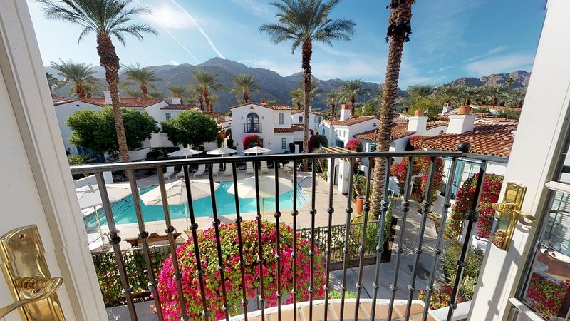 An Upstairs Studio Spa Villa with a King Bed and Western Mountain Views!, holiday rental in La Quinta