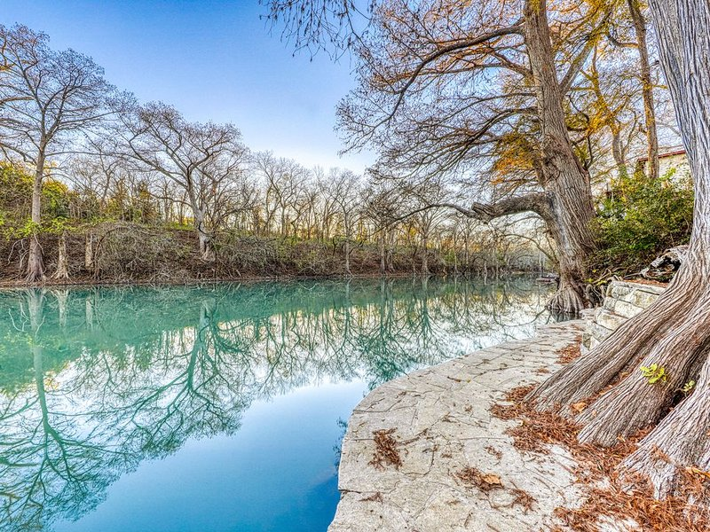 Dog-friendly, waterfront home with lots of character and direct river access, location de vacances à Canyon Lake